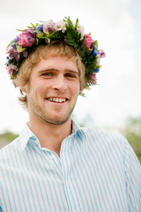 Portrait of young man with flower wreathの写真素材 [FYI02203430]
