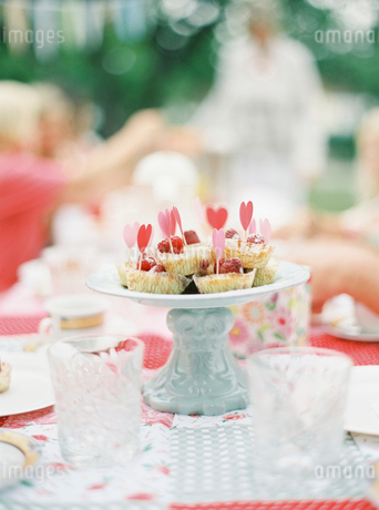 Sweden, Cupcakes on cake standの写真素材 [FYI02203431]
