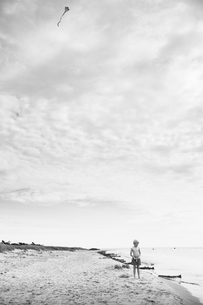 Sweden, Gotland, Shirtless boy (8-9) with kite at beachの写真素材 [FYI02203436]