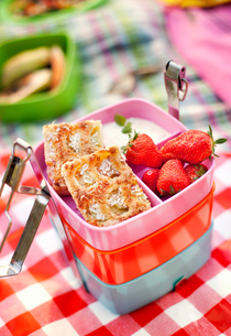 Sweden, Box with strawberries and slices of apple pieの写真素材 [FYI02203466]