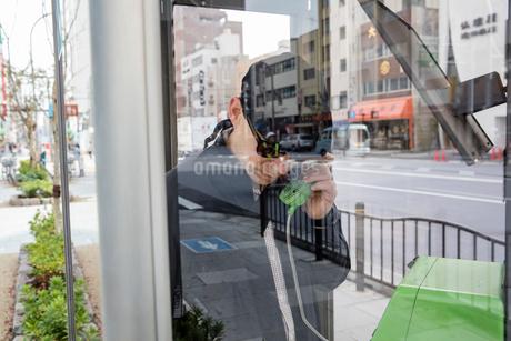 Japan, Tokyo, Shibuya, Man talking on phoneの写真素材 [FYI02203476]