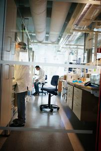 Sweden, Scientists working in labの写真素材 [FYI02203479]