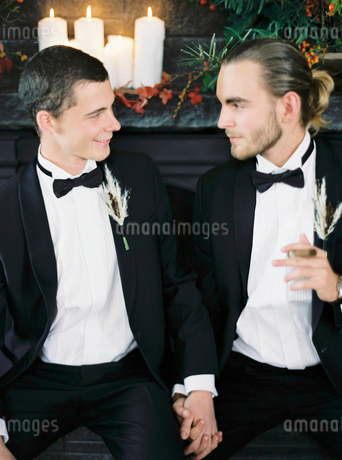 Sweden, Married couple holding handsの写真素材 [FYI02203511]