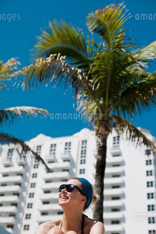 USA, Florida, Miami, Portrait of woman in sunglasses and headbandの写真素材 [FYI02203516]