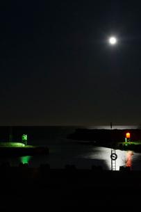 Sweden, Gotland, Vandburg, Illuminated marina on sea at nightの写真素材 [FYI02203539]