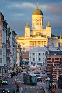 Finland, Helsinki, Overcast sky above street in old townの写真素材 [FYI02203556]