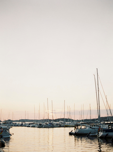 Sweden, Bohuslan, Fjallbacka, Sailboats moored at harbor at sunsetの写真素材 [FYI02203576]