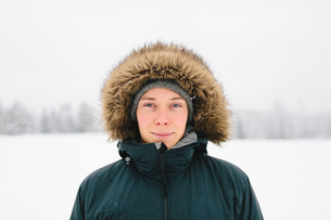 Finland, Jyvaskyla, Saakoski, Portrait of young man in winter coatの写真素材 [FYI02203603]