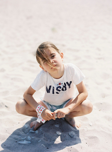 Sweden, Boy (8-9) sitting on sandy beachの写真素材 [FYI02203624]