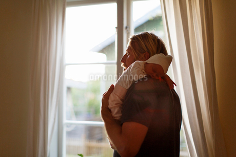 Sweden, Father holding newborn son (0-1 months)の写真素材 [FYI02203625]