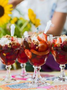 Sweden, Skane, Strawberry gelatin dessert in glassesの写真素材 [FYI02203643]