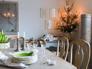 Sweden, Elegant dining table and Christmas tree in living roomの写真素材 [FYI02203673]