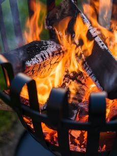 Sweden, Skane, Brazier with burning woodの写真素材 [FYI02203717]