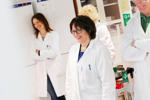 Sweden, Scientists in lab coats standing smiling in laboratoryの写真素材 [FYI02203778]