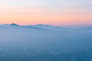 Spain, Landscape with hills in fog at dawnの写真素材 [FYI02203792]