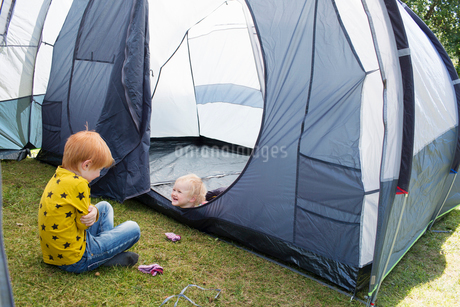 Sweden, Boy (6-7) playing with sister (2-3) in tentの写真素材 [FYI02203805]