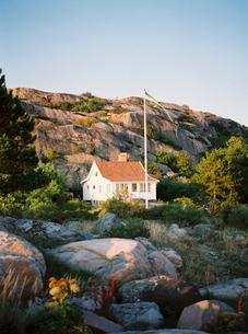 Sweden, Bohuslan, Fjallbacka, House on rocks under clear skyの写真素材 [FYI02203838]