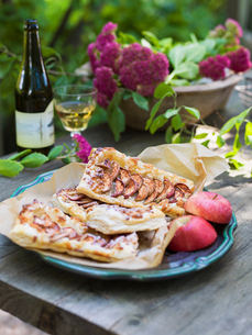 Sweden, Apple pie and fresh apples on plateの写真素材 [FYI02203857]
