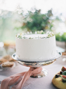 Italy, White cake on cake standの写真素材 [FYI02203890]