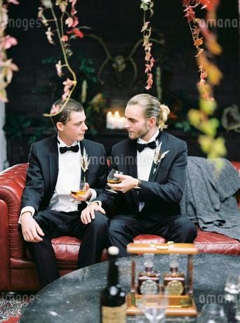 Sweden, Married couple sitting on sofaの写真素材 [FYI02203891]