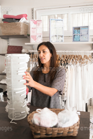 Sweden, Mature woman in clothes storeの写真素材 [FYI02203901]