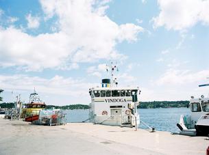 Sweden, Stockholm Archipelago, Haninge, Dalaro Skans, Moored ferry boatの写真素材 [FYI02203908]