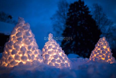 Finland, Central Finland, Aanekoski, Heaps of illuminated snowballs at nightの写真素材 [FYI02203971]