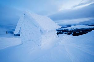 Sweden, Jamtland, Are, Areskutan, Small hut in snowの写真素材 [FYI02203976]