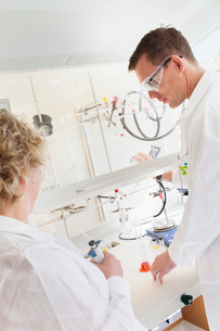 Sweden, Scientists working in labの写真素材 [FYI02203980]