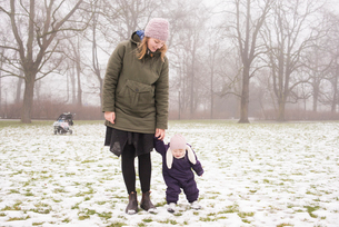 Sweden, Skane, Malmo, Young woman with daughter (12-17 months) in parkの写真素材 [FYI02204008]
