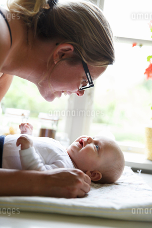Sweden, Mother playing with newborn daughter (0-1 months)の写真素材 [FYI02204018]