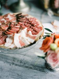 Italy, Italian meat on cutting boardの写真素材 [FYI02204033]
