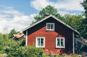 Sweden, Smaland, Mortfors, Farbo, Red house on sunny dayの写真素材 [FYI02204041]