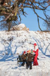 Sweden, Blekinge, Solvesborg, Mother giving hot drink to daughters (8-9, 10-11, 12-13)の写真素材 [FYI02204042]