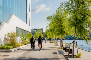 Sweden, Smaland, Jonkoping, People cycling on promenadeの写真素材 [FYI02204046]