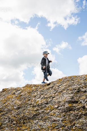Sweden, Gotland, Boy (6-7) walking on top of cliffの写真素材 [FYI02204052]