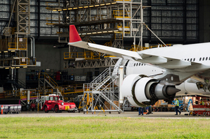 Australia, Queensland, Brisbane, Engineers inspecting airplaneの写真素材 [FYI02204064]