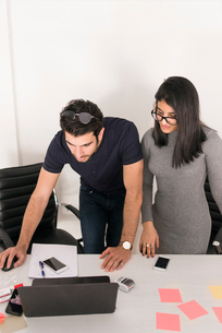 Israel, Two young people working in officeの写真素材 [FYI02204089]
