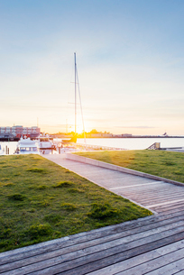 Sweden, Skane, Malmo, Kranplatsen, Promenade at sunsetの写真素材 [FYI02204105]