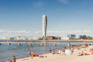 Sweden, Skane, Malmo, Ribersborg, People on public beach, Turning Torso in backgroundの写真素材 [FYI02204226]