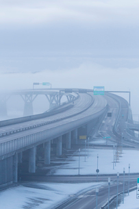 Sweden, Medelpad, Sundsvall, Elevated highway in fogの写真素材 [FYI02204237]