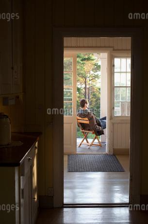 Sweden, Stockholm Archipelago, Mature man sitting on patioの写真素材 [FYI02204242]