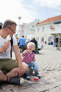 Sweden, The West Coast, Bohuslan, Marstrand, Father and son (2-3) eating ice creamの写真素材 [FYI02204254]