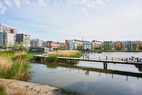 Sweden, Sodermanland, Hammarby Sjostad, Bridge and river in residential districtの写真素材 [FYI02204271]