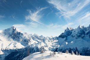 France, Rhone-Alpes, Haute-Savoie, Chamonix, Scenic view of mountains in winterの写真素材 [FYI02204272]