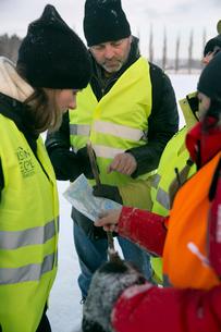 Sweden, Uppland, Upplands Vasby, Volunteers of Missing people organization discussing mapの写真素材 [FYI02204278]