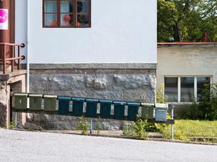 Finland, Varsinais-Suomi, Kemio, Mailboxes by streetの写真素材 [FYI02204292]