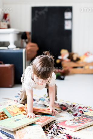 Sweden, Small girl (2-3) with picture booksの写真素材 [FYI02204304]