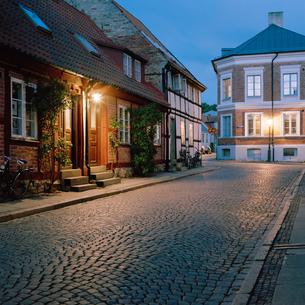 Sweden, Skane, Lund, Idyllic street at autumn nightの写真素材 [FYI02204336]