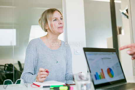 Sweden, Mature woman sitting at desk in officeの写真素材 [FYI02204339]